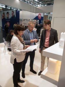 Dr. Deppe Messestand. Kunden und Berater im Gespräch. Bild takkanon Mattthias Hoelkeskamp für afrisante.